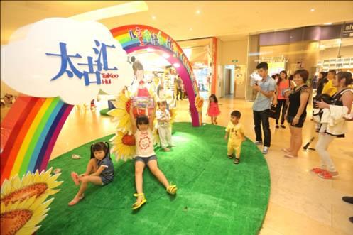 通过这些绘画作品,向人们展示孩子眼中的商场形象,此项活动与儿童节